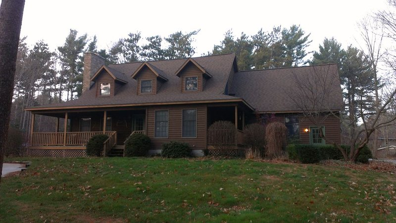 Fabulous Home Sleeps 14 with Private HEATED Pool and A/C close to Buchanan Beach, holiday rental in Grand Haven