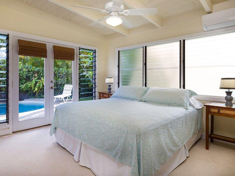 Chambre à coucher principale Cal King lit (avec salle de bain en suite) donnant sur la piscine