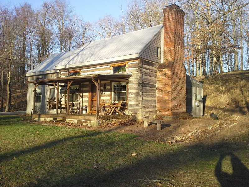 PERFECT KENTUCKY LAKE WATERFRONT LOCATION!  AUTHENTIC LOG CABIN!, holiday rental in Calvert City