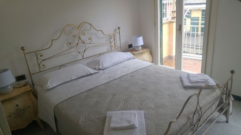Casa Carla Beautiful private home with large terrace and gated entrance., casa vacanza a Vernazza