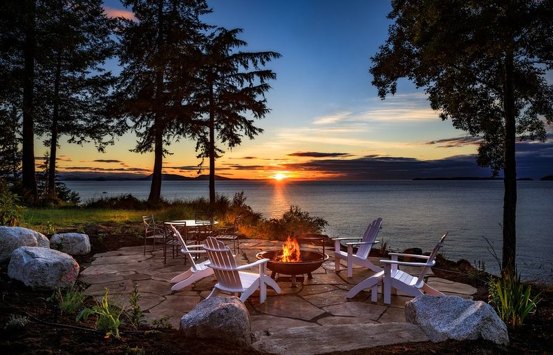 Waterfront Custom Home, 180 Degree Summer Sunset & Sunrise,  Sleeps 14, location de vacances à Eastsound