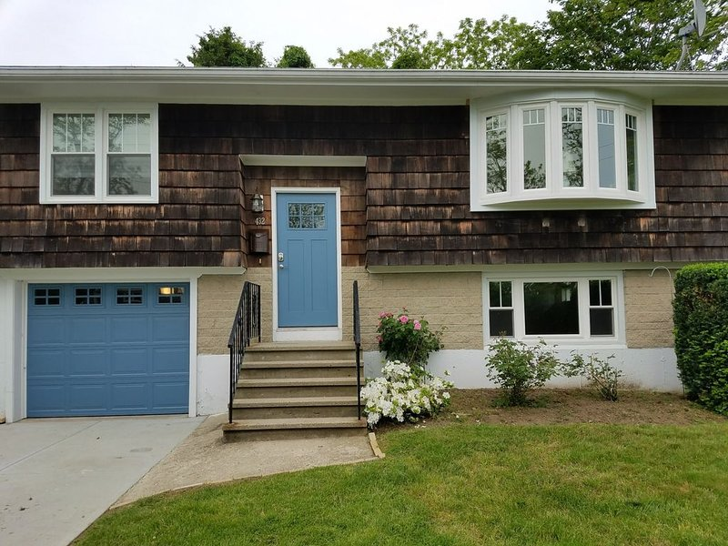 Easton Point Neighborhood - Walk to Beaches! Updated Kitchen and Baths!, holiday rental in Middletown