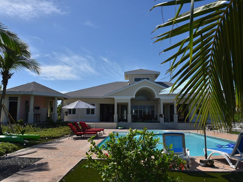 Enjoy a private refuge on canal property with a oversized pool, alquiler de vacaciones en Leeward