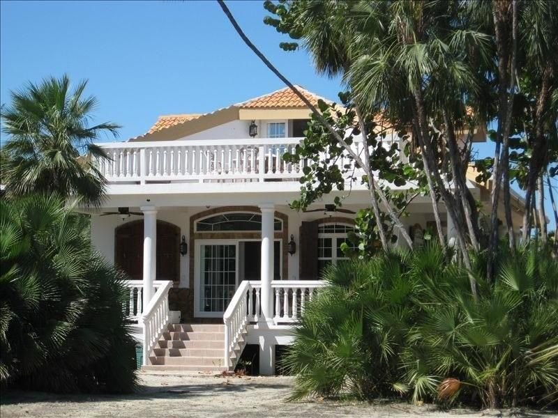 Luxury Beach House with FREE BOAT AND GUEST HOUSE, aluguéis de temporada em Stann Creek