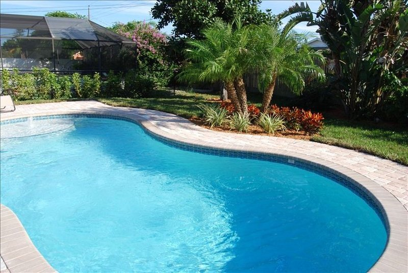Beautifully Decorated Beach Cottage with Sparkling Heated Pool, holiday rental in Naples Park