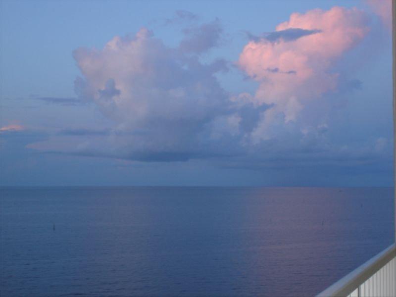 MAGICAL WATERFRONT PARADISE DIRECTLY ON THE BEACH. – semesterbostad i Biloxi