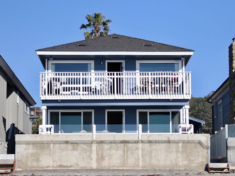 Del Mar Ocean front &18th st. 1st floor large patio on the sand WiFi BBQ Garage, alquiler vacacional en Del Mar