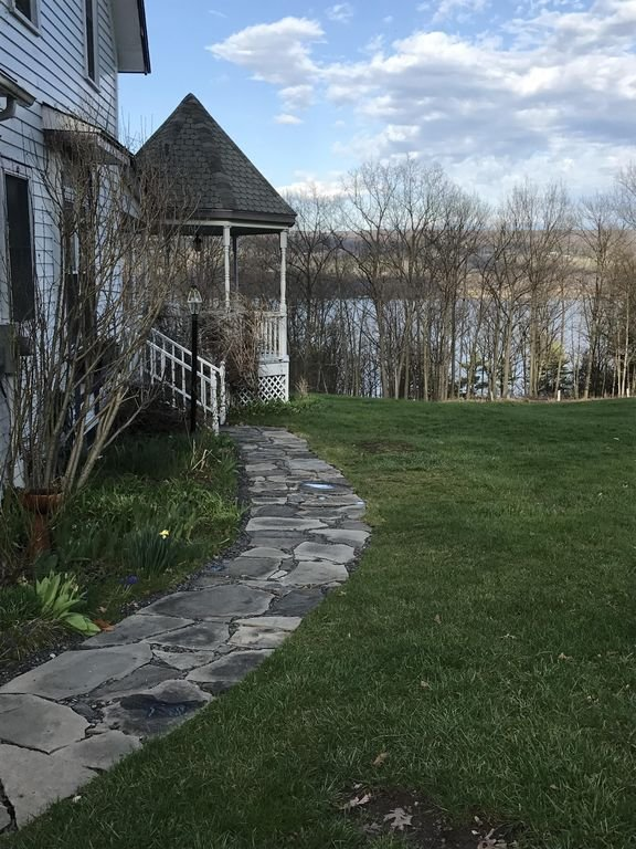 walk way to the front porch
