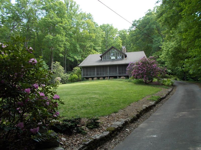 Large historic Log House on the creek and in the woods, aluguéis de temporada em Arden