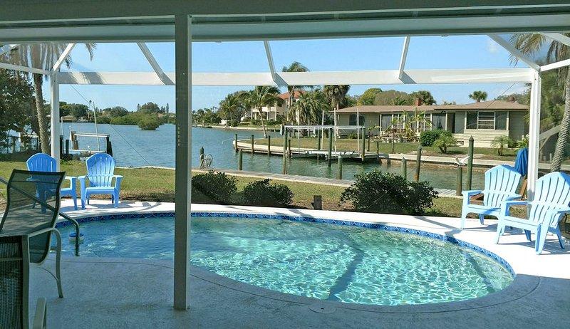 Renovated waterfront home on Lyons Bay with dock, pool and nearby beach, aluguéis de temporada em Nokomis