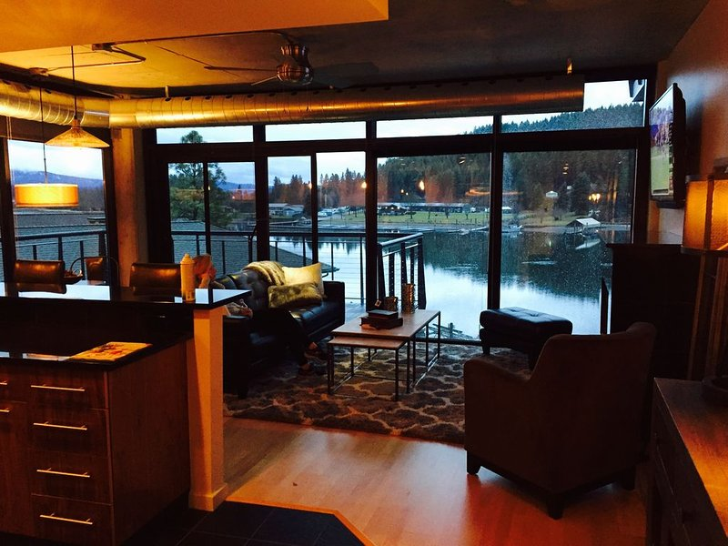 Beautiful Waterfront Condo with Spectacular Water and Mountain Views, holiday rental in Post Falls
