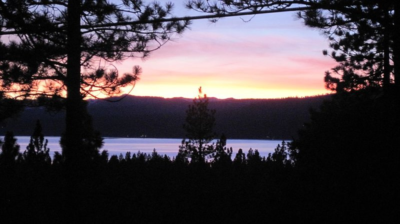Lake View Cabin In The Woods, Kings Beach, North Lake Tahoe, vacation rental in Kings Beach