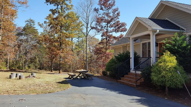 Peaceful Mountain Home. Near Downtown Asheville. Best Views. All New Everything!, holiday rental in Weaverville
