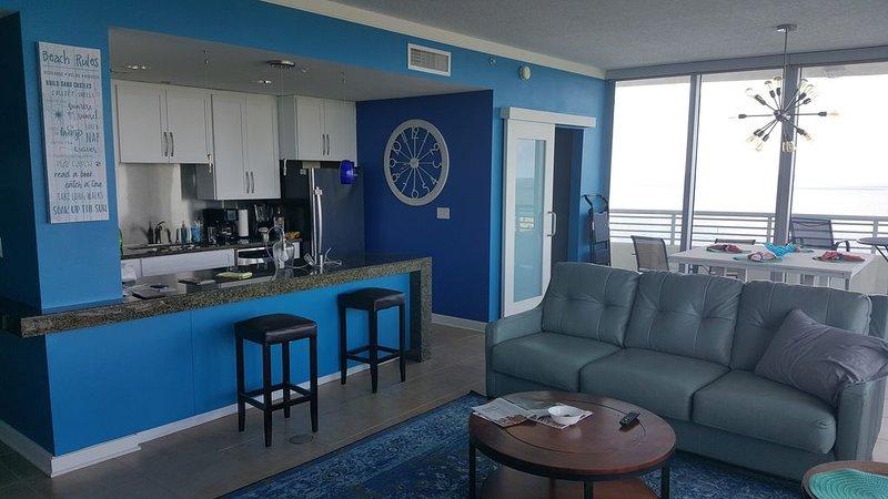Floor To Ceiling Windows Overlook The Gulf Of Mexico's Pristine White Beaches – semesterbostad i Biloxi