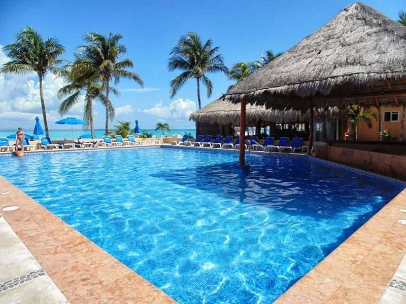 Nautibeach Resort Deluxe Condo, holiday rental in Playa Mujeres