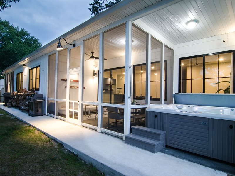 NEW modern lake house + apt for 15: HOT TUB, beach, firepit, playground, games!, vakantiewoning in Francesville