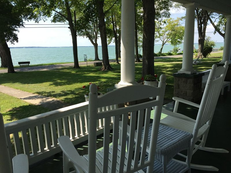 MILLION DOLLAR LAKE VIEW!  Beautifully Updated Home On The South Shore, location de vacances à Kelleys Island