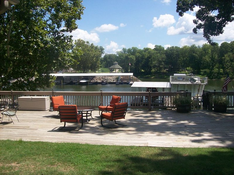 Perfect Lakehouse for a Getaway, Vacation or Family Reunion!, holiday rental in Afton