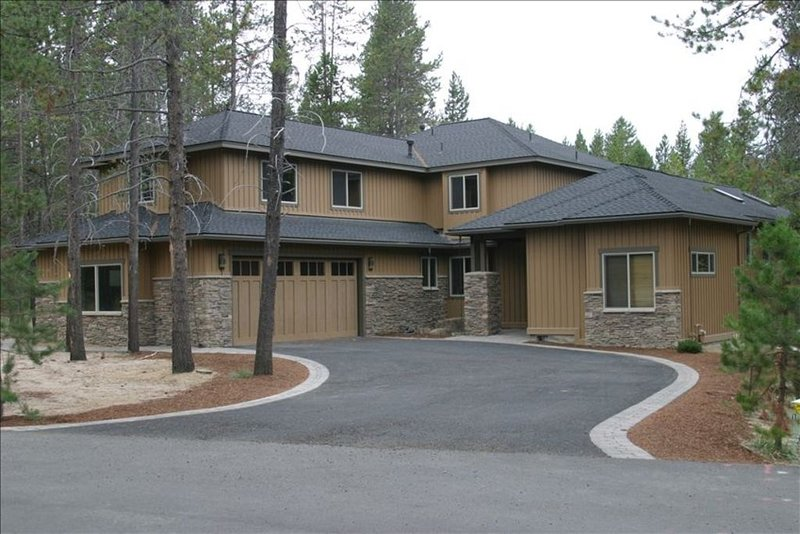 CLEAN & LUXURIOUS 5BR 5BA Hot Tub, Pool Table, Huge Kitchen, Ping Pong, Bikes, alquiler vacacional en Central Oregon