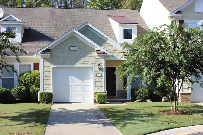 Luxury Townhouse Across from the TPC Clubhouse - Immaculate! 3BR & LOFT/3.5Baths, location de vacances à Murrells Inlet