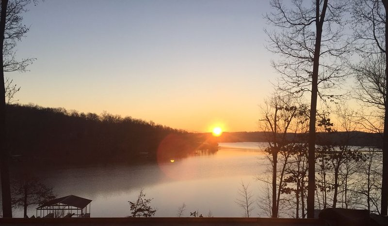 'Sunrise Serenity' Luxury Lake House Lake Barkley, holiday rental in Cadiz