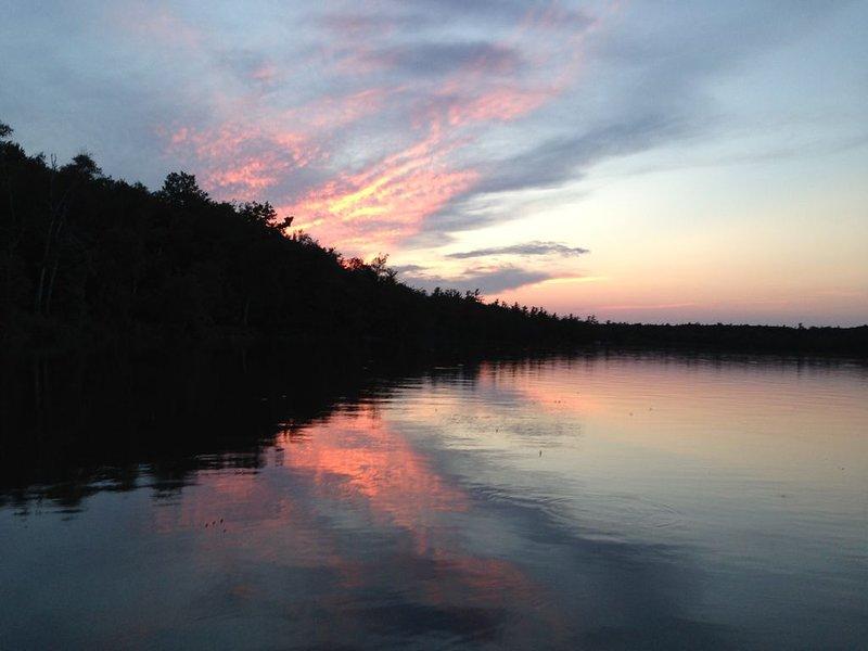 Little Platte Lake Front Cottage Near Sleeping Bear National Lakeshore, alquiler de vacaciones en Honor