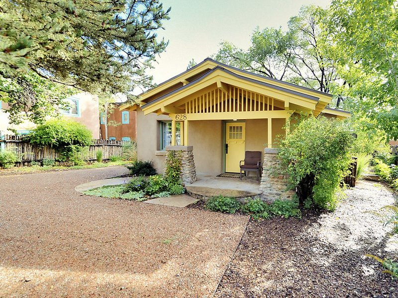 2016 Heritage Award - 3 Bedroom, 2 Bathroom Historic Home - walk to everything!, holiday rental in Santa Fe
