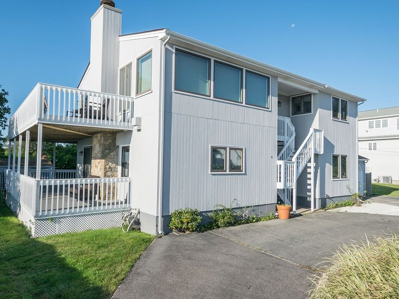 Remarkable Ocean Front Home - Sleeps 13, Steps to the Ocean!, location de vacances à Narragansett