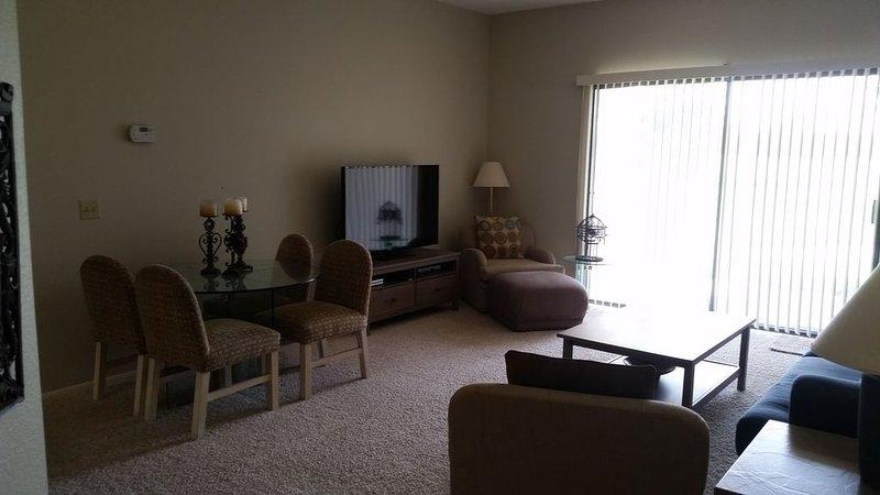 Scenic 2 Bedroom Condo - the perfect home for your trip, alquiler de vacaciones en Cathedral City