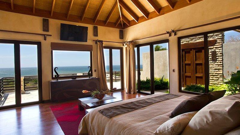 Dormitorio principal con vista al mar virgen a través de fuera.