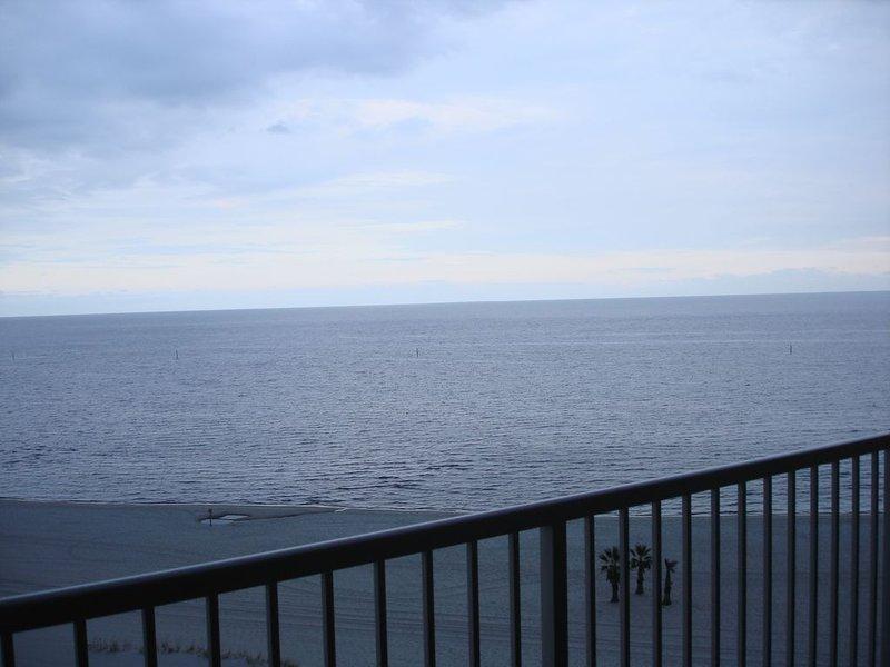 Juste énuméré. Tout est flambant neuf. Front de mer direct! Vue depuis le balcon.