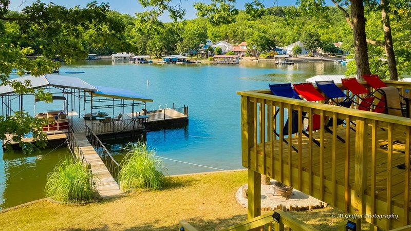LAKE OF THE OZARKS  - FALL FISHING IS JUST AROUND THE CORNER!!!, casa vacanza a Sunrise Beach