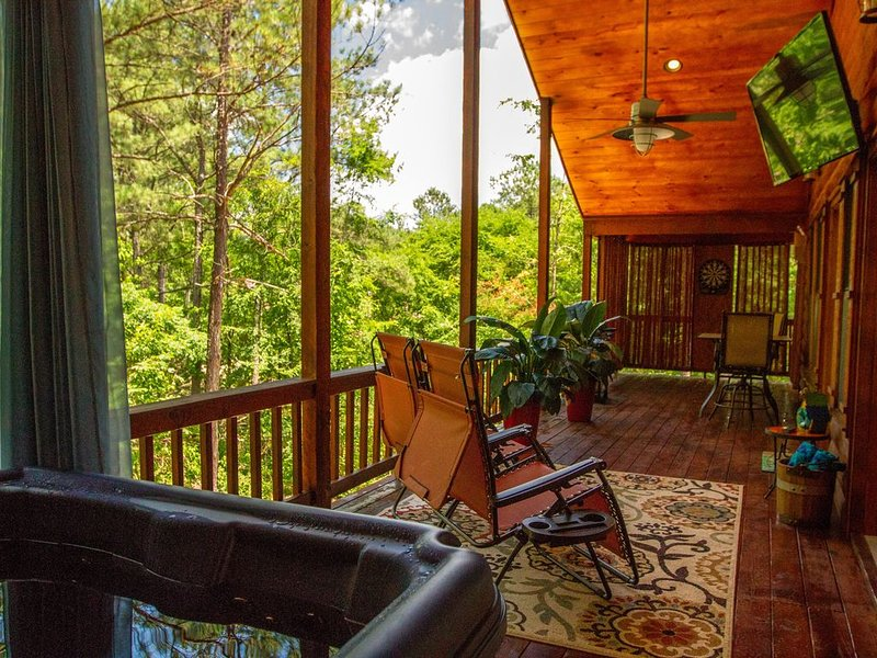 Beavers Bend State Park entrance 259A , Southern Hill Addition; Wood Knot Cabin, holiday rental in Broken Bow