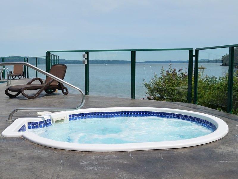 Romantic OCEANFRONT Getaway!!  INN OF THE SEA RESORT Studio Suite~Seaside Pool, vacation rental in Nanaimo