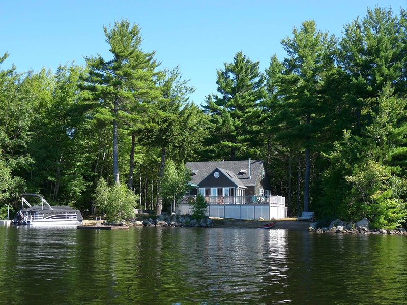 Private Peninsula, 600' Of Waterfront + Sandy Beach on Sunrise Lake, alquiler de vacaciones en New Durham