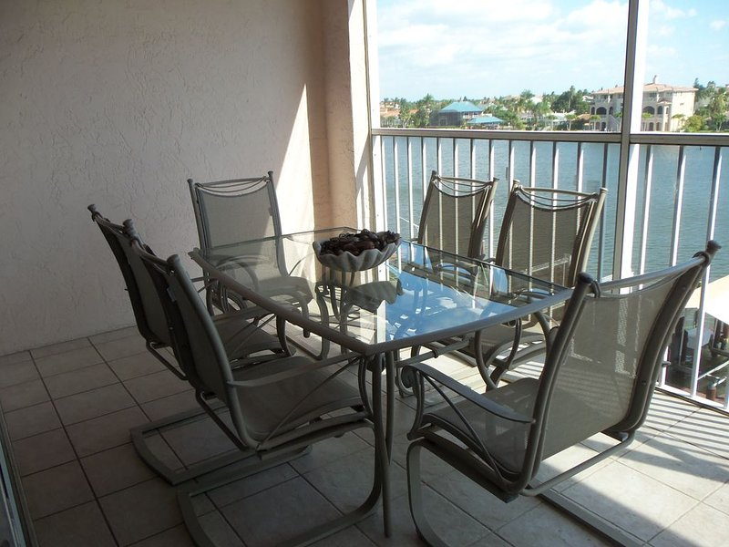 LaScala 3BR Luxury Condo on Bay Waters/Gulf View!s Spa Pool Beach Steps To Beach, holiday rental in Naples Park