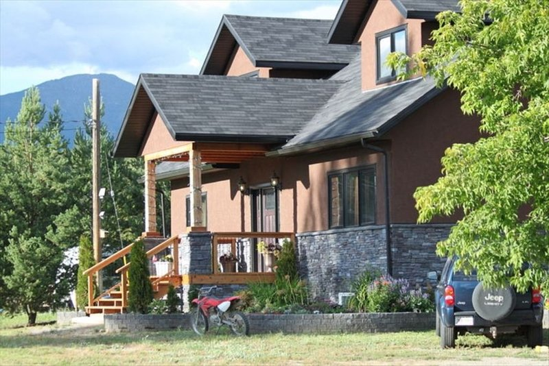 8 bedrooms-Luxurious Vacation Home, Bc -Near Ski Hills, Lakes, Golfing, holiday rental in Wardner