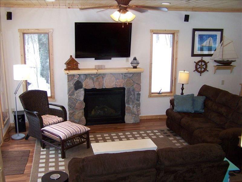 Salon avec vue sur le lac, foyer au gaz, 52 'TV haute définition avec câble, sièges confortables