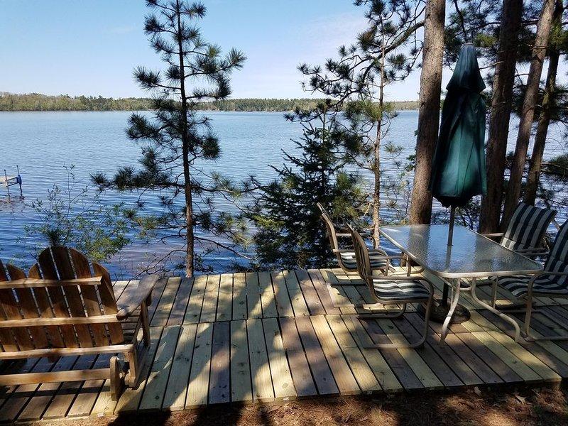 Pont côté lac avec table, chaises, parasol, planeur et vue imprenable sur le lac!