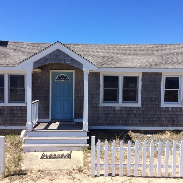 Plum Island Beach Haven W/ Modern Updates and ocean views, aluguéis de temporada em West Newbury