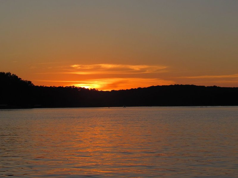 Lake View Cottage - Gorgeous Sunsets, vacation rental in Martin