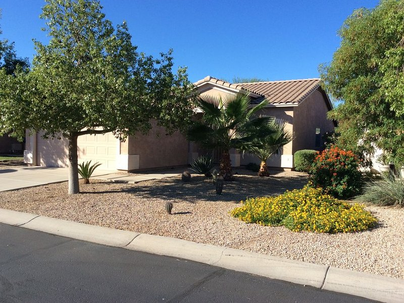 Golf Coarse Home in Gated Community. Quiet, comfortable with great sunset views., vacation rental in San Tan Valley