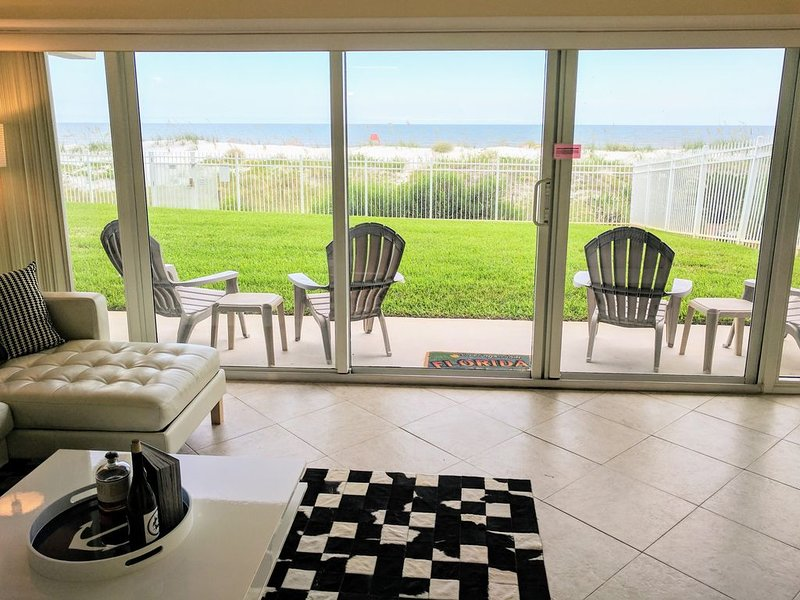 Oceanfront Condo with Pool! Patio to lawn, stay right at the beach! + 2 Bikes!, alquiler vacacional en Jacksonville Beach