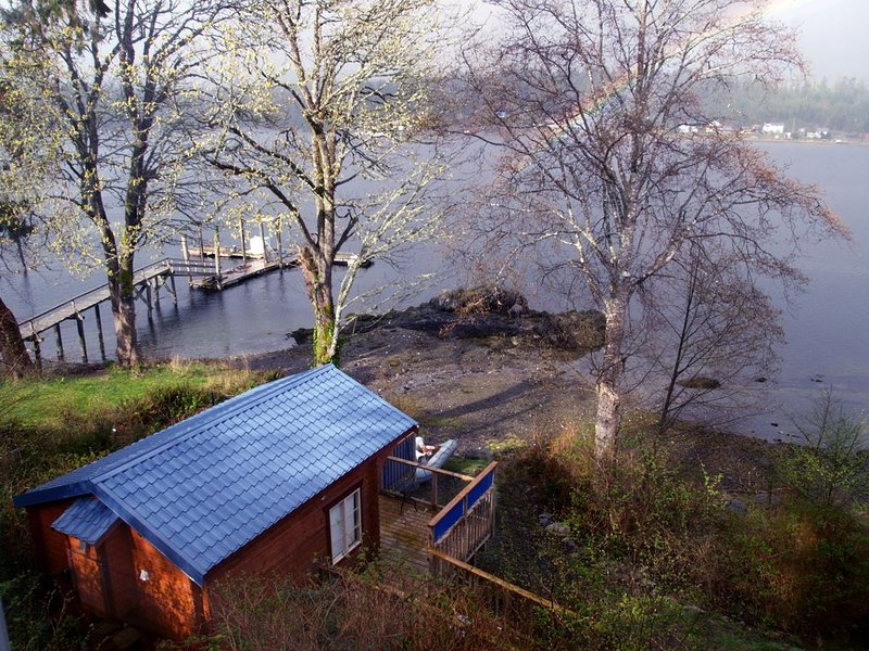 Cozy, romantic waterfront cabin. Sleeps 2, pet-friendly, walk to all amenities., vacation rental in Vancouver Island