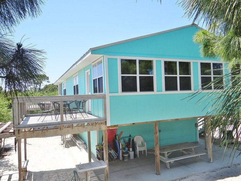 Large & ultra-clean close to beach on county beach path. 2 LR, 2 Kitchens & more, location de vacances à Eastpoint