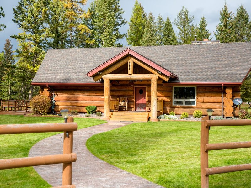 Very Spacious 5 bdrm Log Home on River, Huge Logs, 8 acres, Convenient, aluguéis de temporada em Whitefish
