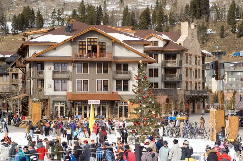 Luxury Condo in Mill Club  * 3 BR/3 BA * 1 minute walk to lifts * Center Village, holiday rental in Copper Mountain