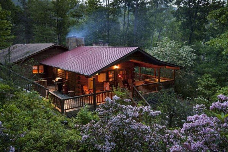 Cedar Log Cabin <10 mins to Main St, 2 Fireplaces, Fast Sat Wifi, Hot Tub, alquiler de vacaciones en Highlands