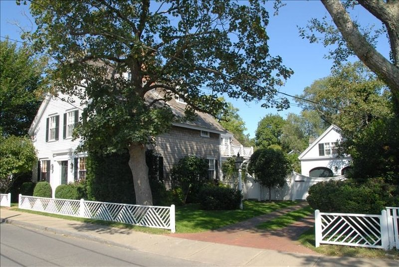 OFF-SEASON DEEPLY DISCOUNTED! Edgartown 6 BR Luxury Compound, holiday rental in Edgartown