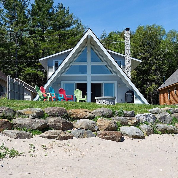 The Winfish House-Newly Remodeled Beach House Steps From Sandy White Beach!!, location de vacances à Forester Township